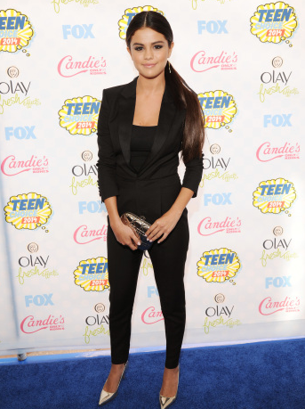 For the Teen Choice Awards, Selena Gomez was a snooze but IRL? We'd wear that in a heart beat.